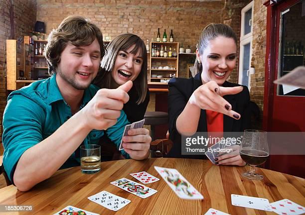 Gruppe von Freunden Spielkarten