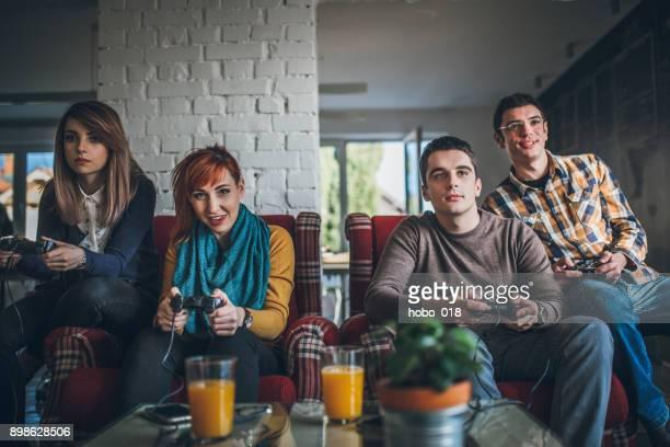 Groupe d'amis, jouer à des jeux numériques à la maison.