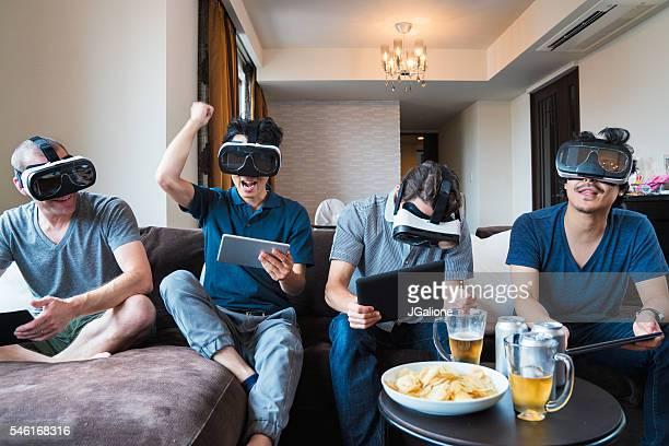 のグループご友人とのゲームをするバーチャルリアリティヘッドセット