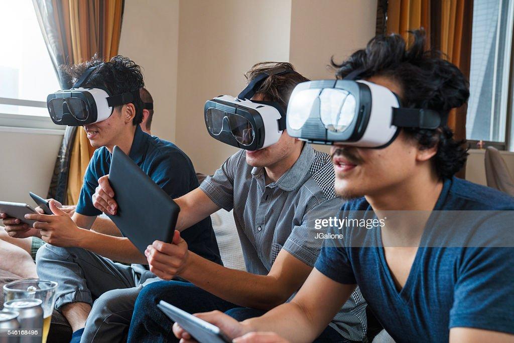 Eine Gruppe von Freunden spielen mit Technologien wie headsets für virtuelle Realität : Stock-Foto