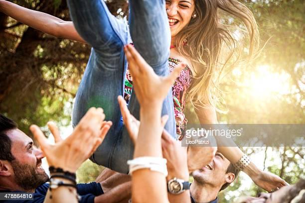 お友達のグループがいる屋外で遊ぶ