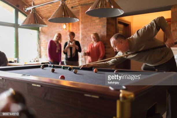 eine gruppe von freunden in einer bar billard spielen - poolbillard billard stock-fotos und bilder