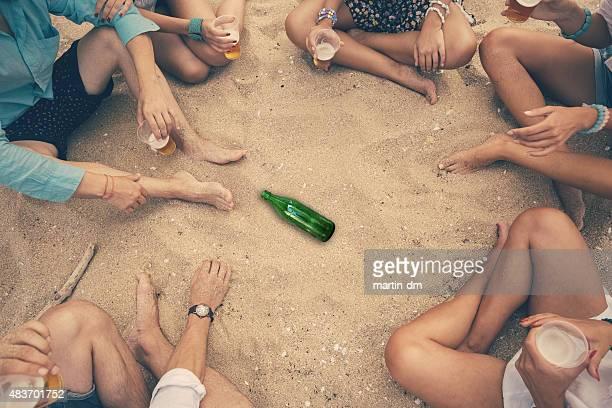 お友達のグループがスピンザボトル」のビーチ