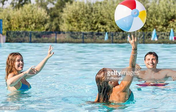 group of friends playing with beach ball on swimming pool - pjphoto69 個照片及圖片檔
