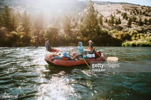 Grupo de amigos jangada Down Deschutes River em Oregon oriental