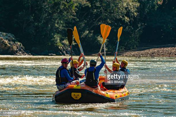 group of friends rafting in an inflatable boat in the rapids of the itajaí-açu river, in the city of apiúna in santa catarina. one of the best rivers in brazil to practice this sport - santa catarina sul do brasil imagens e fotografias de stock