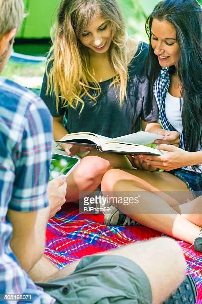 Gruppe von Freunden auf camping