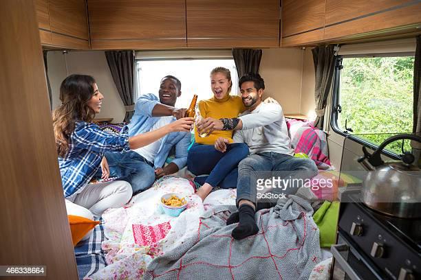 Gruppe von Freunden in Caravan