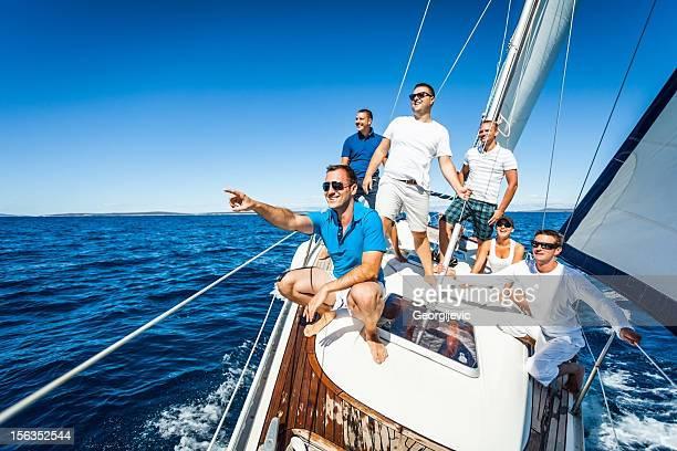 Gruppe von Freunden mit dem Segelboot