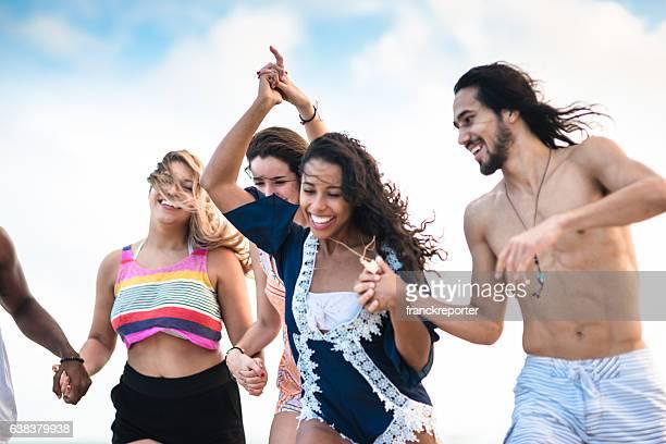 Gruppe von Freunden, die auf den Strand