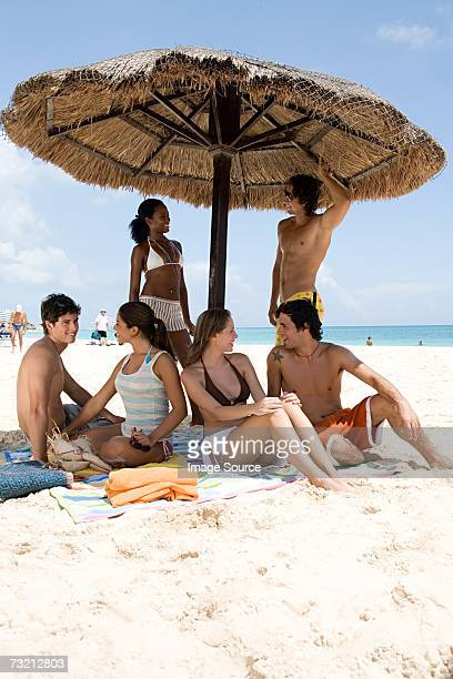 Groupe d'amis assis sur la plage