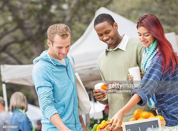 Grupo de amigos de compras para producir junto al mercado de agricultores