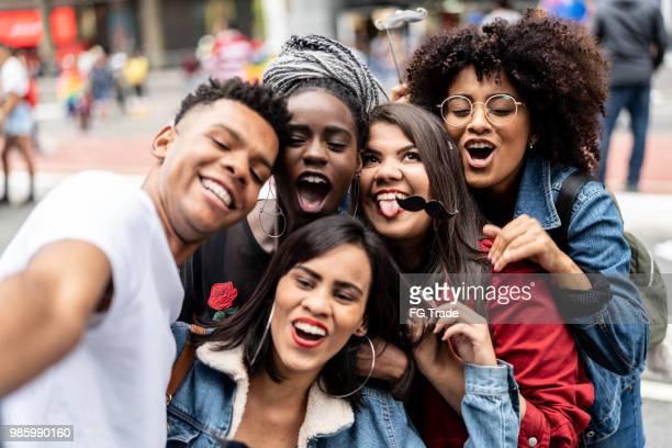 grupo de amigos tomando uma selfie - autenticidade e o conceito de diversidade - jovem adulto - fotografias e filmes do acervo