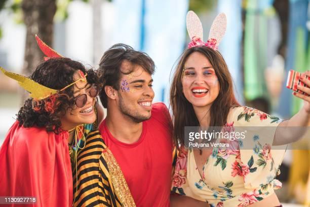 grupo de amigos que tomam um selfie - carnaval - fotografias e filmes do acervo