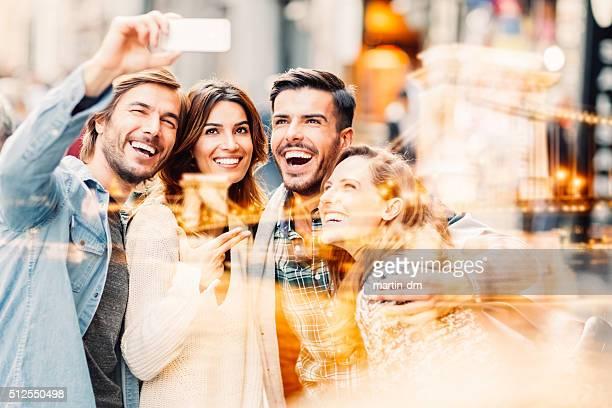 Eine Gruppe von Freunde nehmen selfie in Istanbul