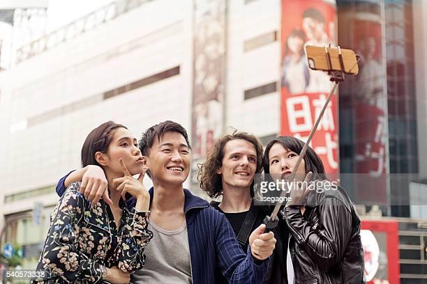 友人のグループセルフィを撮っている渋谷