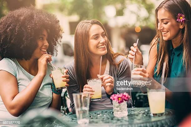 Grupo de amigos no café a conversar e a rir