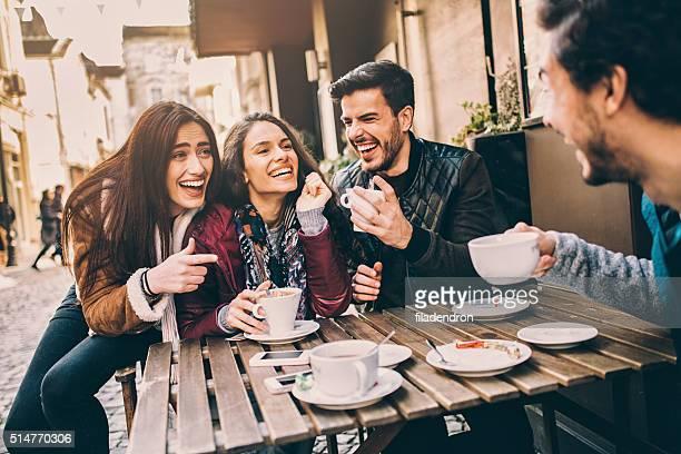 Grupo de amigos hablando y Riendo