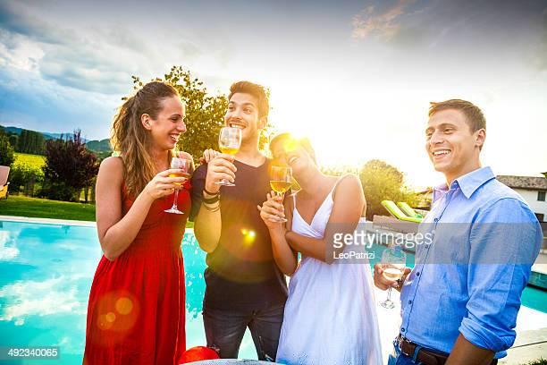 Grupo de amigos en la fiesta de cumpleaños brindis