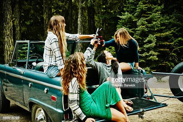 group of friends toasting beers on summer evening - só mulheres jovens - fotografias e filmes do acervo