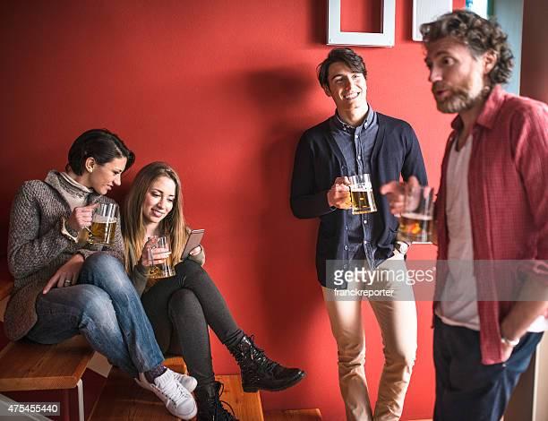 Groupe d'amis portant un toast avec boissons