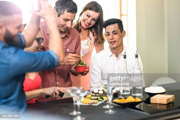 Gruppe von Freunden anstoßen mit Getränken