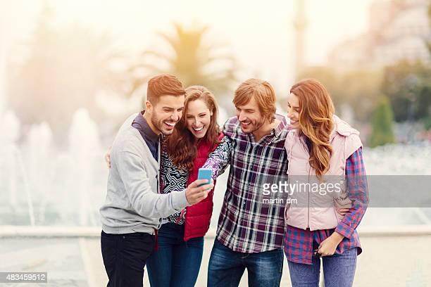 Gruppe von Freunden mit smartphone im Freien