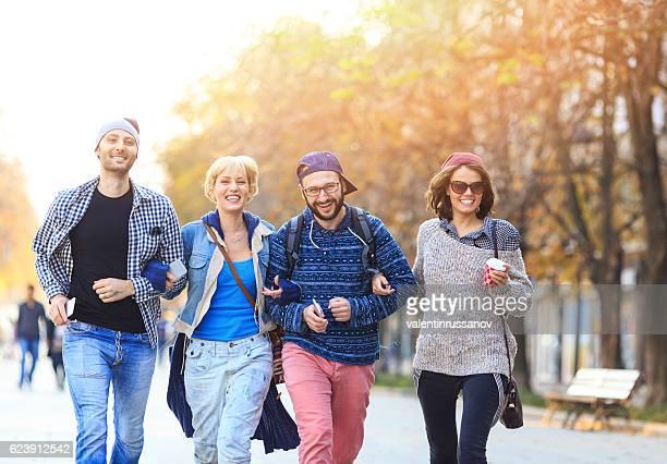 Gruppe von Freunden zu Fuß im park