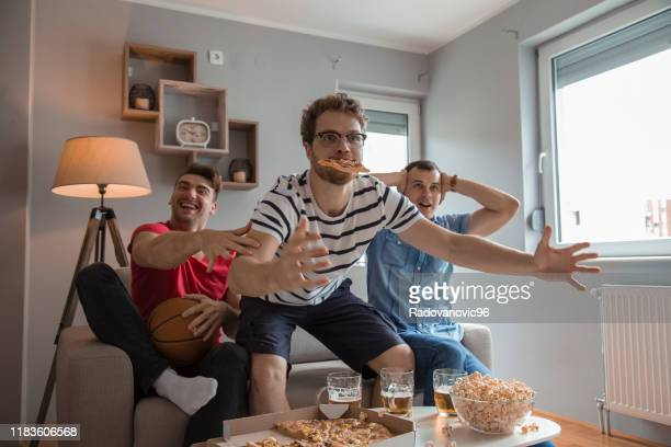 group of friends watching basketball game and drinking beer - match sport imagens e fotografias de stock