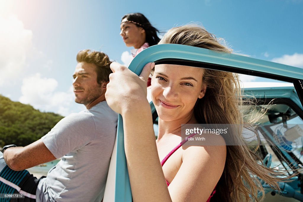 Group of friends with car on beach : Stockfoto