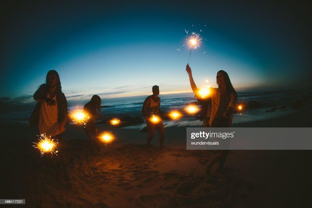 Gruppe von Freunden mit Feuerwerk : Stock-Foto
