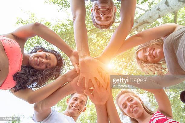 Gruppe von Freunden mit Händen in den Händen