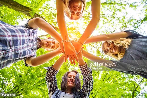ご友人グループに手を手に-チームワーク - pjphoto69 ストックフォトと画像