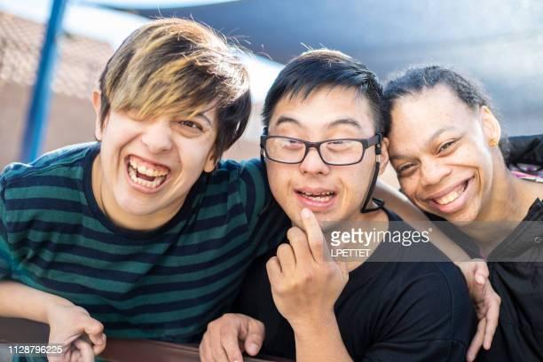 grupo de amigos con discapacidad intelectual - discapacidad intelectual fotografías e imágenes de stock