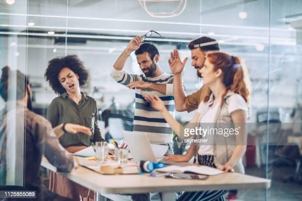 gruppe von frustrierten freie mitarbeiter, die probleme im büro. - frustration stock-fotos und bilder