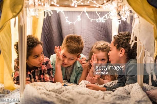 gruppe von lustigen grimassen in einem zelt zu hause kinder. - nur kinder stock-fotos und bilder
