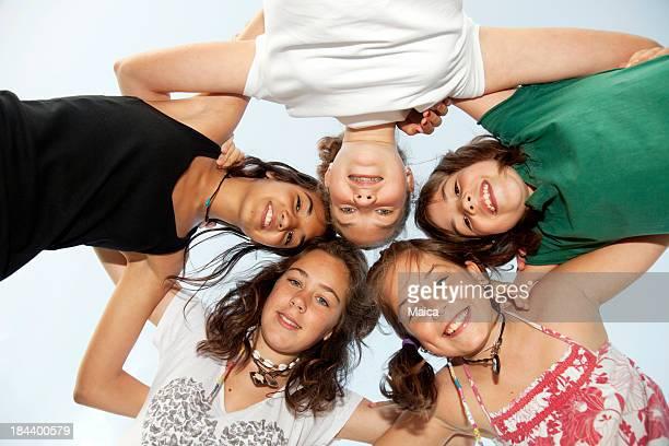 Grupo de niñas huddilng