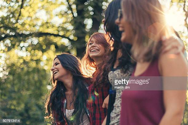 Gruppo di ragazze nel parco