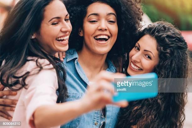 Groupe de filles faisant selfie