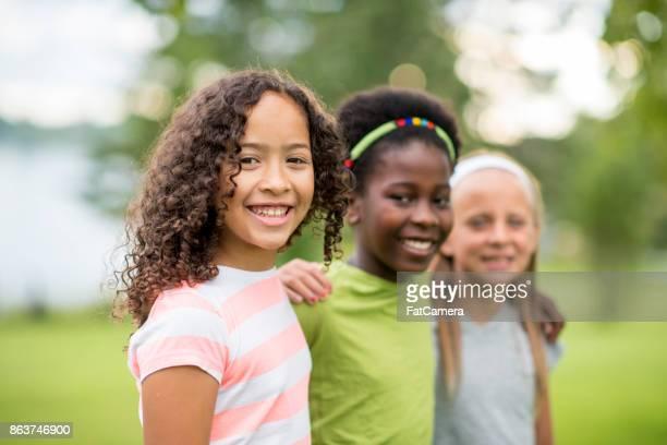 grupo de meninas - parque natural - fotografias e filmes do acervo