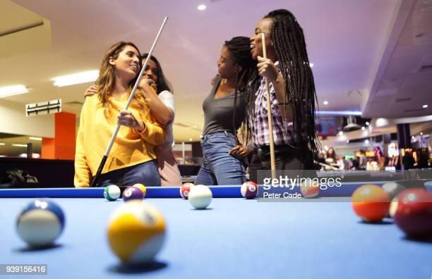 group of girls playing pool - poolbillard billard stock-fotos und bilder
