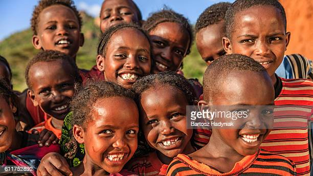 group of happy african children, east africa - áfrica del este fotografías e imágenes de stock