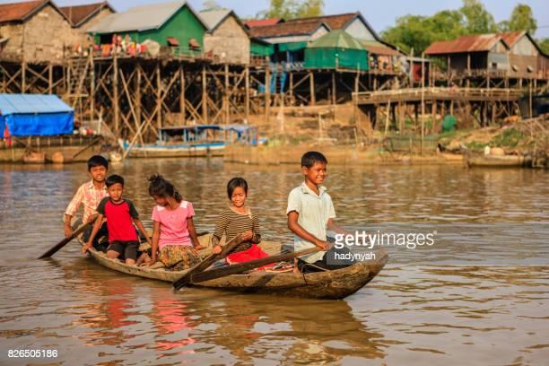 Gruppe von glückliche kambodschanische Kinder Rudern, Tonle Sap, Kambodscha