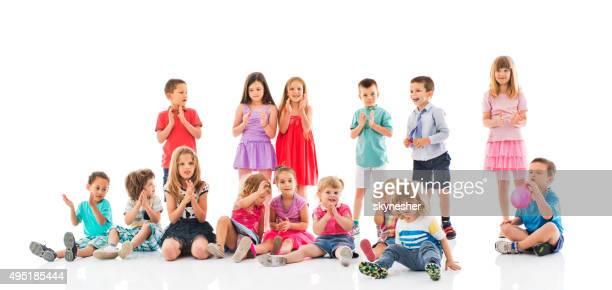 Groupe d'enfants heureux, applaudissement mains.