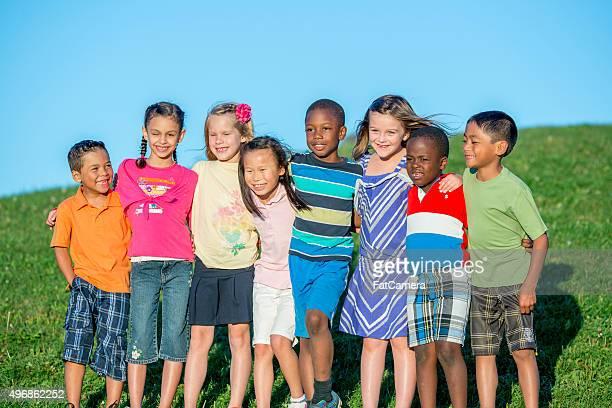 Feliz grupo de crianças em pé juntos