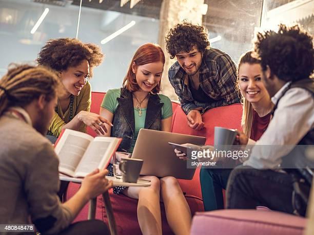 Groupe d'heureux, des personnes bénéficiant d'une pause-café.