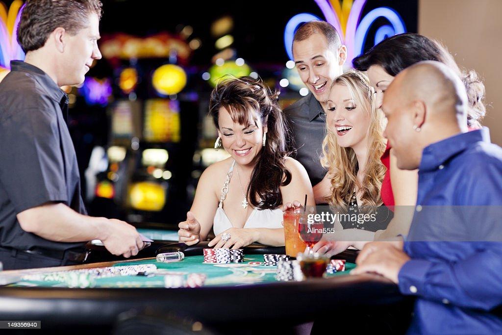 Heureux groupe diversifié de gens sur la table de black jack : Photo