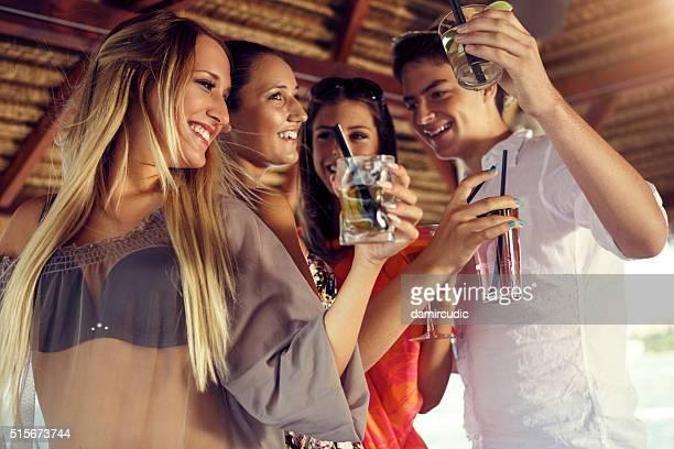 Eine Gruppe von glücklichen Freunde Spaß haben gemeinsam