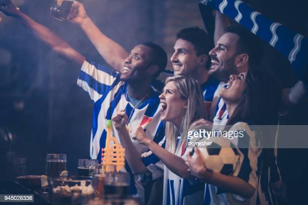grupo de amigos felices divertirse mientras animando a su equipo de fútbol en un bar. - evento deportivo fotografías e imágenes de stock