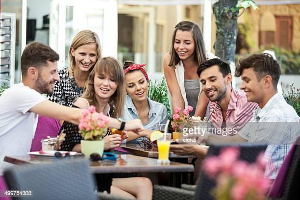 Feliz grupo de amigos no Café Esplanada